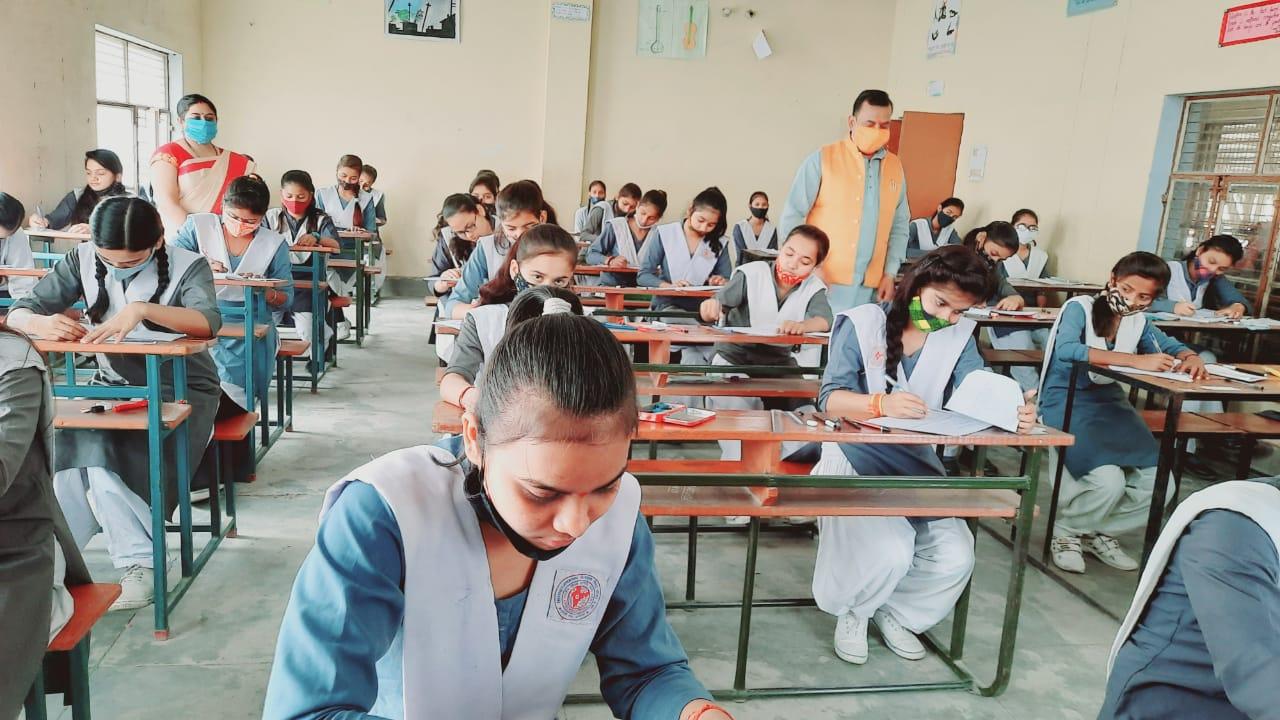 अयोध्या : वार्षिक परीक्षा के दौरान कक्ष निरीक्षण करते प्रधानाचार्य जी