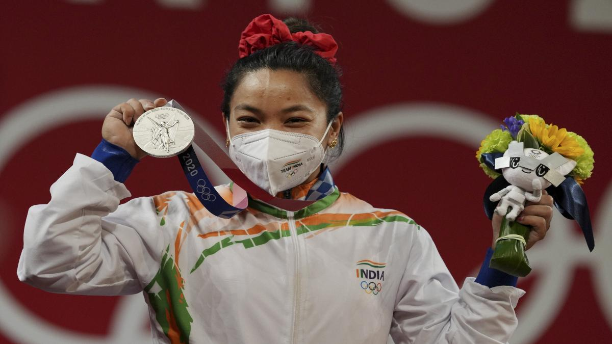 टोक्यो ओलंपिक : सिल्वर मेडल जीतकर भारतीय भारोत्तोलक मीराबाई चानू ने बढ़ाया राष्ट्र का गौरव